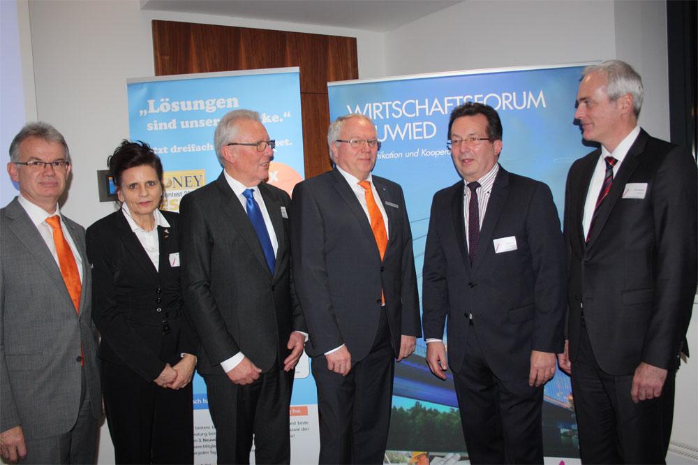 Andreas Harner (Vorstand VR Bank), Heinz-Peter Gütler, Marion Blettenberg, Franz Lacher und Frank Wolsfeld bedanken sich beim Gastreferenten Ralph Thiele (2. von rechts)